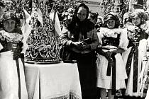 HANÁCKÁ TRADICE. Důležitou součástí kulturní historie obce Senička je i paní Cecílie Hrachovinová, která vázala hanácké šátky a pekla hanácké koláče.