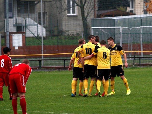 Fotbalisté Nových Sadů (ve žlutém) proti Kojetínu