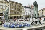 Květinová výzdoba na Arionově kašně v centru Olomouce, 6. 8. 2020