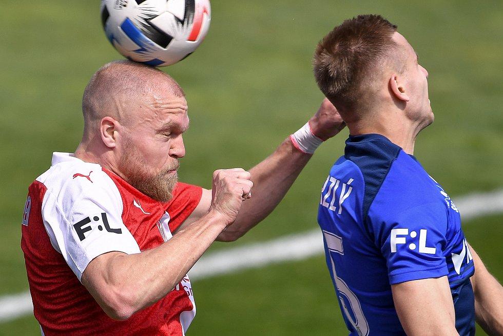 Čtvrtfinále českého fotbalového poháru MOL Cup: SK Sigma Olomouc - SK Slavia Praha 28. dubna 2021 v Olomouci. (zleva) Mick van Buren ze Slavie a Ondřej Zmrzlý z Olomouce.