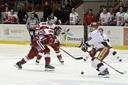 Hokejisté Olomouce (v červeném) proti Hradci Králové