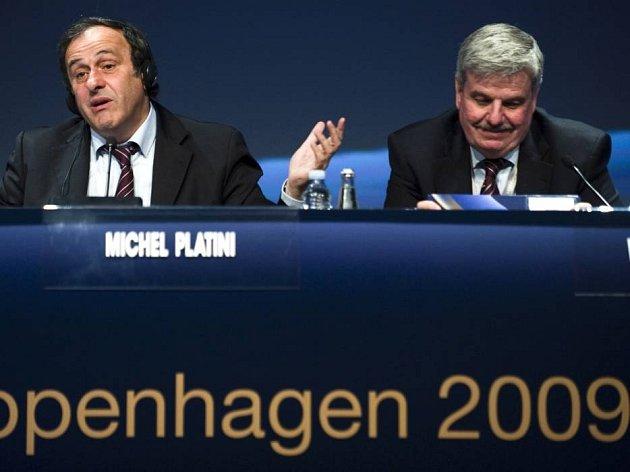 Šéf UEFA Michel Platini (vlevo) a jeho poradce William Gaillard