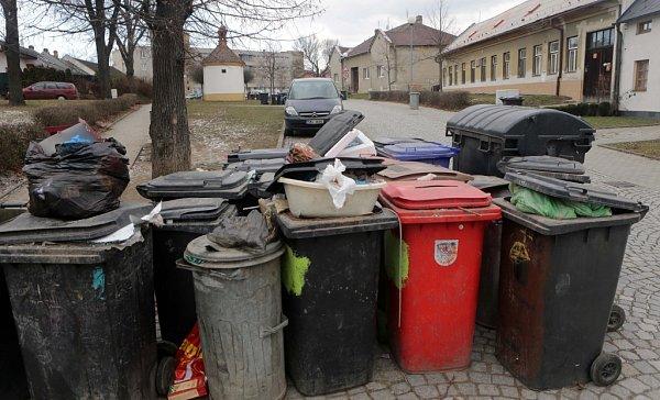 Plné popelnice na Mrštíkově náměstí vOlomouci
