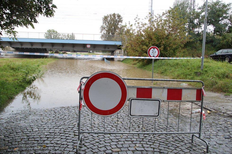 Zaplavený podjezd u přerovské chemičky v říjnu 2020