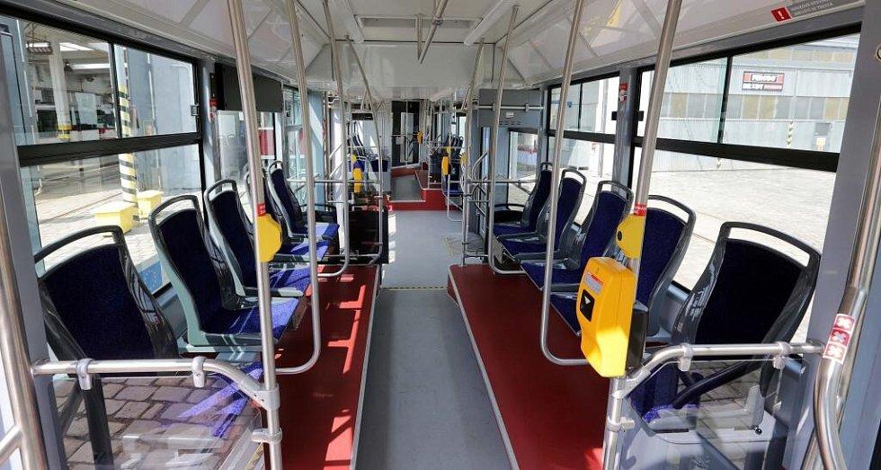Interiér obousměrné tramvaje Vario LF plus/o