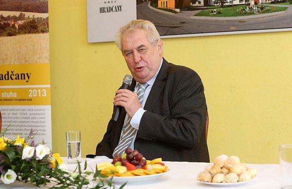 Prezident Zeman vHradčanech na Přerovsku - vpravo starosta Ondrej Koliba