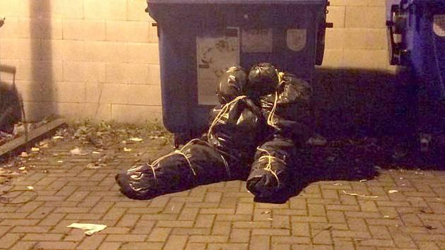 Pytle svázané do tvaru lidských těl u kontejnerů v Rooseveltově ulici v Olomouci