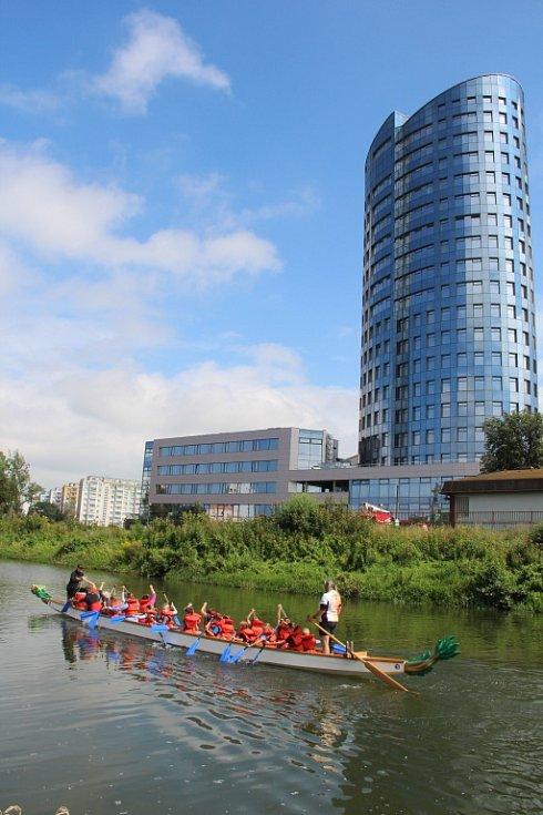 Klidnou hladinu řeky Moravy v sobotu zčeřily posádky na dračích lodí. Týmy dospělých i dětí si zasoutěžily na akci Bernhardt Olomoucký drak 2016.