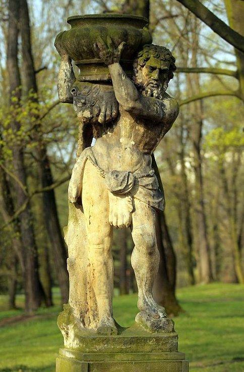 Sochy Herkulů v Bezručových sadech