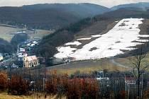 Sjezdovka v Hlubočkách na konci zimy. Ilustrační foto