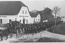 ROK 1934. Cestovní hostinec Kocanda na křižovatce cest vedoucích z Grygova do Duban a z Olomouce do Tovačova. Tenkrát ještě nestál most a cesta se křížila u hostince Kocanda.