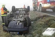 Nehoda u Luké, řidič s dítětem skončil na střeše