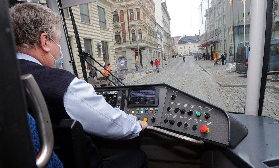 Tramvaj na zrekonstruované trati v ulici 8. května. 4. prosince 2020