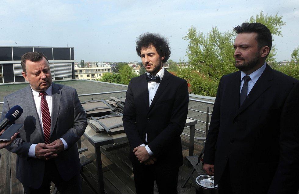Nový ředitel Moravského divadla Olomouc David Gerneš (uprostřed)