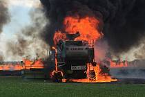K letošnímu prvnímu žňovému požáru v Olomouckém kraji vyjížděli hasiči v pátek odpoledne. Na poli blízko olomouckého nákupního centra Olympia hořelo obilí i kombajn.