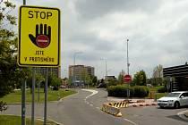 Značka STOP upozorňující řidiče, že jsou v protisměru