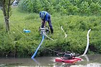 Dobrovolní hasiči odčerpávají v Olšanech v sobotu odpoledne znečištěnou vodu z řeky Blaty, kam unikla kejda ze Seničky.
