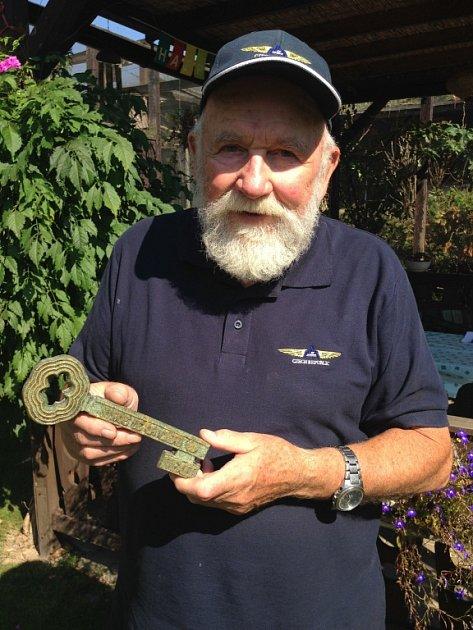 Zdeněk Zerzáň se symbolickým klíčem od Mexiko City, který mu vroce 1968přivezla Věra Čáslavská. Se sedminásobnou olympijskou vítězkou spojovalo horského záchranáře a pilota dlouholeté přátelství.