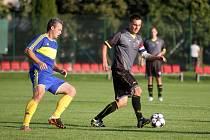 Fotbalisté Hněvotína (v tmavém) proti Želatovicím. Ilustrační foto