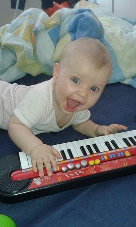 SIMONKA. Jednou jistě bude výtečná klavíristka!