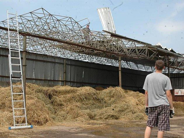 Úterní bouřka smetla střechu budov ZD v Dubu nad Moravou