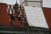 Ze střechy radnice mizejí tašky