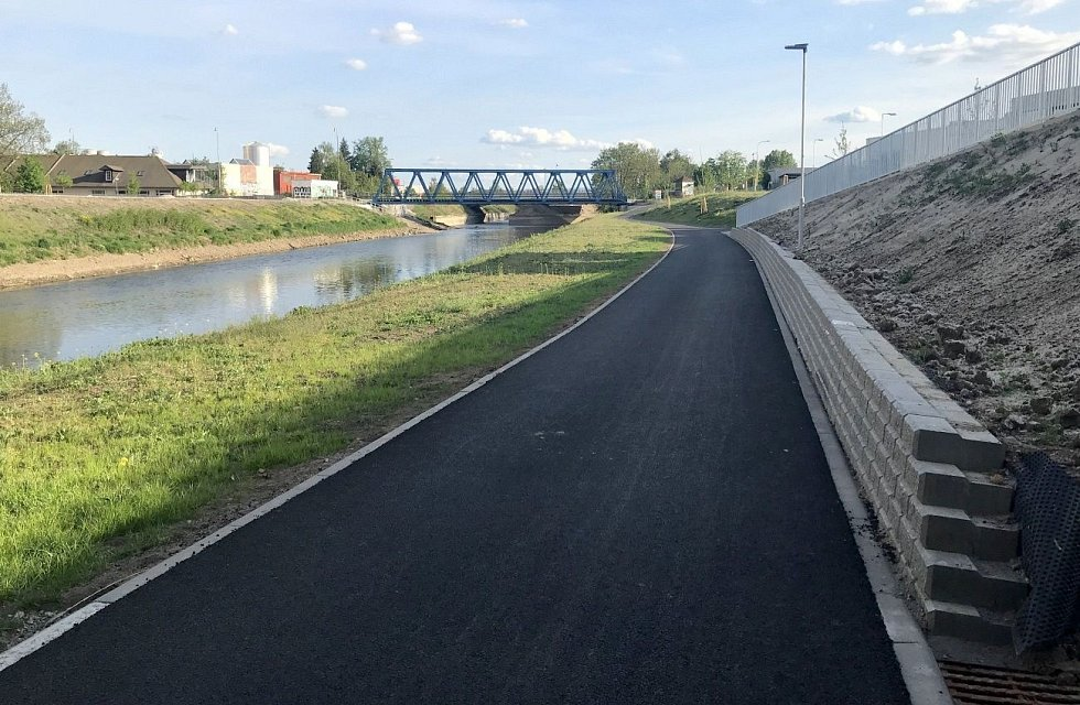 Proměna břehu řeky Moravy u VŠ kolejí v Olomouci mezi mosty na Masarykově třídě a třídě Kosmonautů. Začátek května 2020