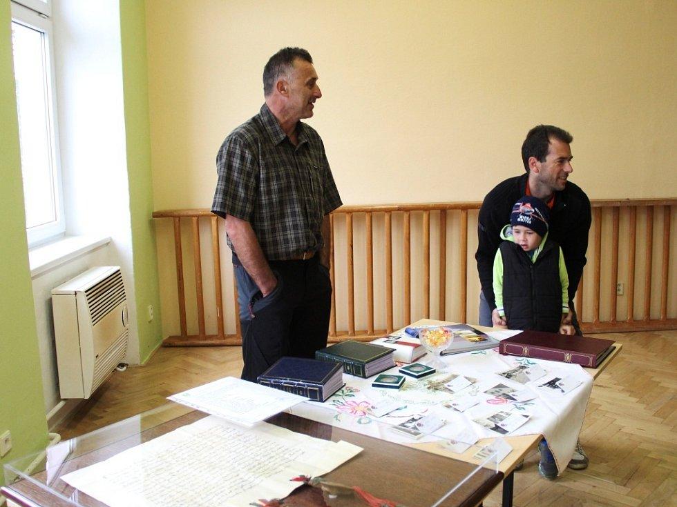 Řídečské hody svatého Václava dopoledne nabídly výstavu obecních kronik a fotografií obce.