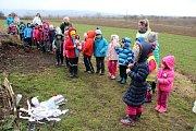 Jaro vítaly v pondělí dopoledne děti z mateřinky v Přáslavicích na Olomoucku. Společně vynášely zimu, kterou si samy vyrobily