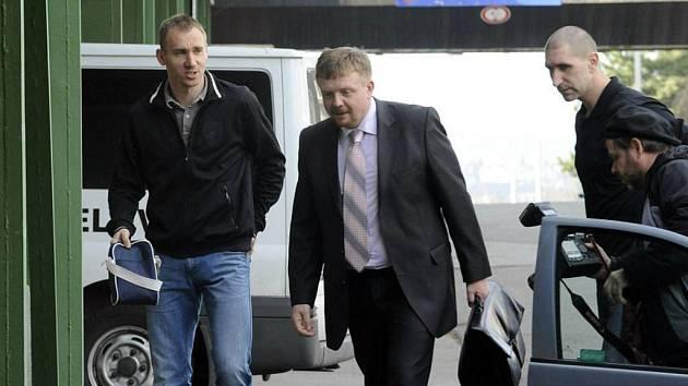 Právník Sigmy Petr Konečný (uprostřed)