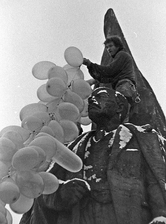 Příprava na odlet olomouckého pomníku Stalina a Lenina do teplých krajin