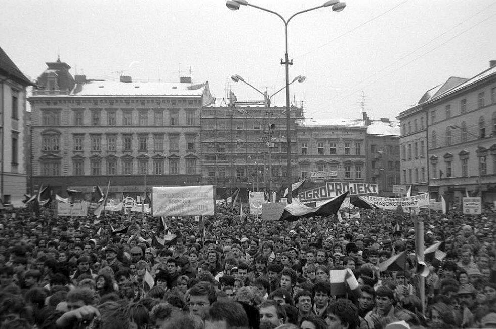 Shromáždění na Horním náměstí (tehdejší náměstí Míru)