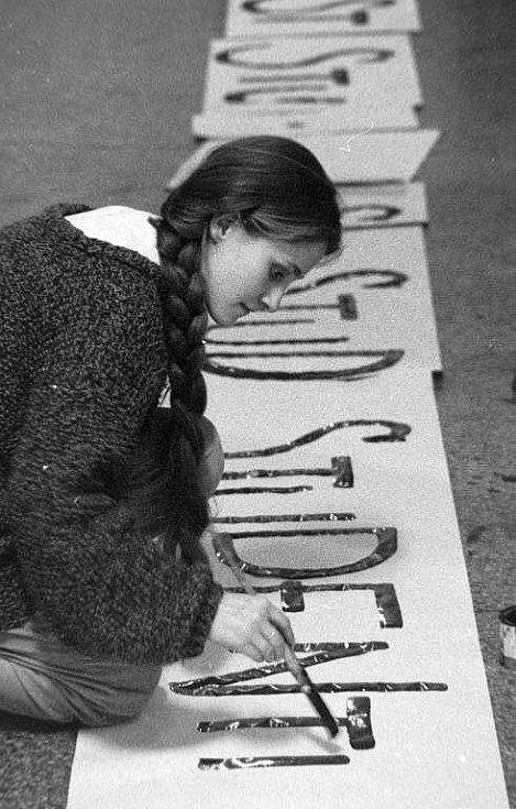 Sametová revoluce v Olomouci: výroba letáků a transparentů na Univerzitě Palackého