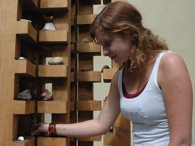 Tereza Šimečková dává do sochy příběhů kámen.
