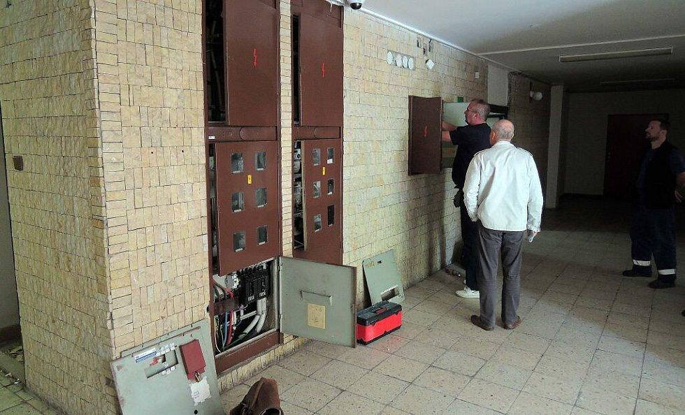 Opravy v havárií postiženém věžáku s vodojemem v Olomouci se ve středu rozjel výtah
