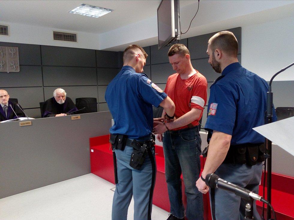 Obžalovaný René B. je zatím ve vazbě, ve čtvrtek proto ke Krajskému soudu v Olomouci dorazil v poutech za doprovodu policejní eskorty.