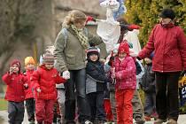 Děti ze školky v Černovíře vynášejí zimu do Moravy