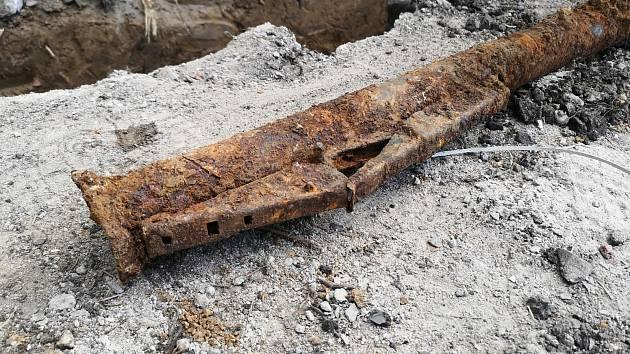 Dělníci při výkopových pracích na třídě Míru nalezli pancéřovou pěst.