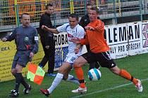 Útočník HFK David Korčián (vlevo) se snaží prodrat k míči.