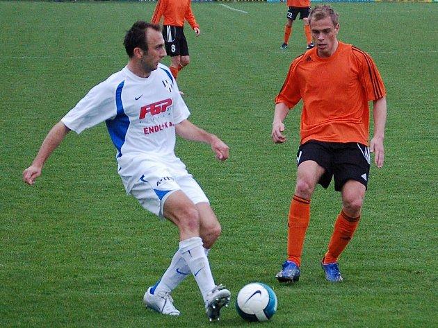 Záložník HFK Olomouc Peter Krutý si chystá míč.