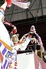 Olomoučtí hokejisté (v červeném) porazili Chomutov 5:2