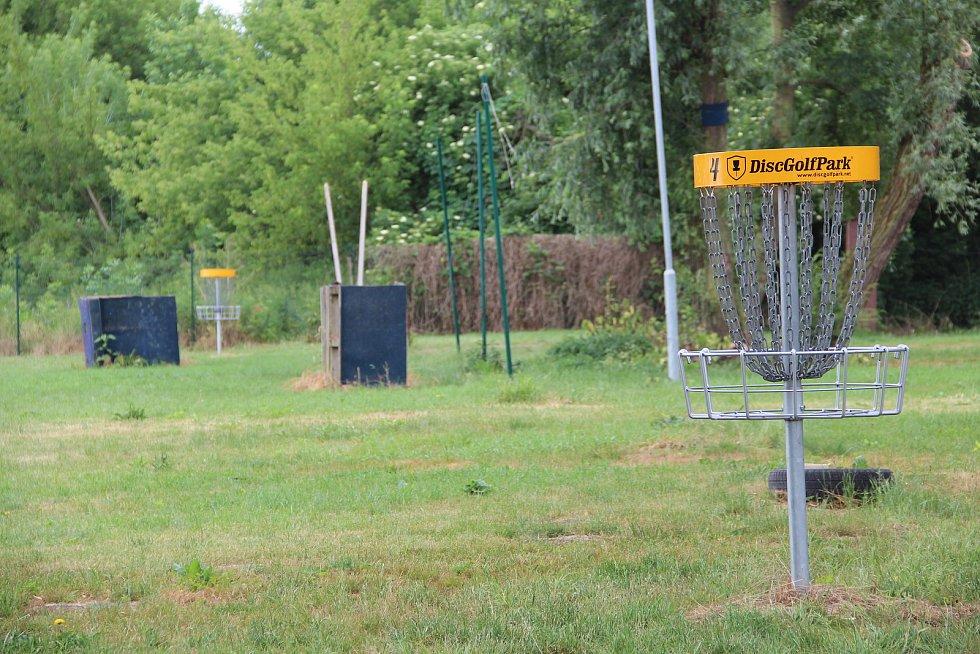 Návštěvníci kempu si mohou zahrát discgolf.