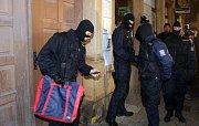 Protikorupční policie zasahuje v bytě Ivana Langera v centru Olomouce
