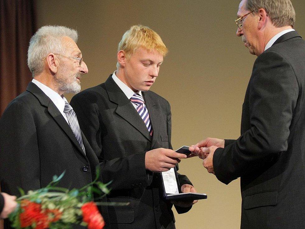 Otec a syn Boleslava Staňka přebírají ocenění