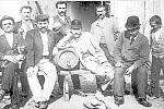 Hráči kuželek se v Náměšti scházeli v hostinci Na záložně. Snímek pochází z roku 1897.