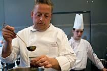 Britský kuchař Chris Naylor, držitel Michelinské hvězdy, při vaření v olomouckém NH Collection Congress hotelu