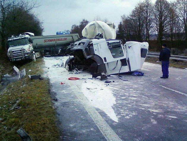 Nehoda kamionů zavřela 6. prosince R35 u Loštic