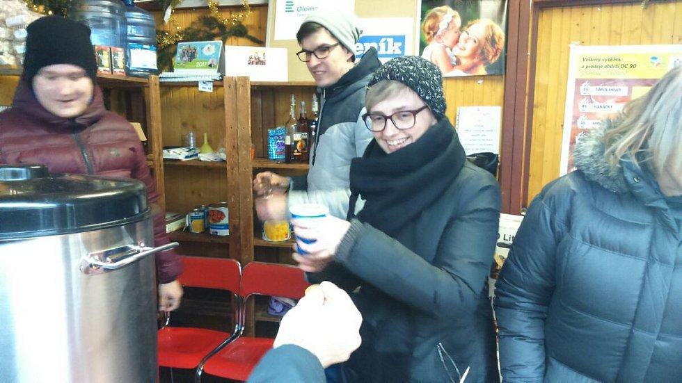 Stánek sdružení Dobré místo pro život na olomouckých vánočních trzích s redaktory Olomouckého deníku.