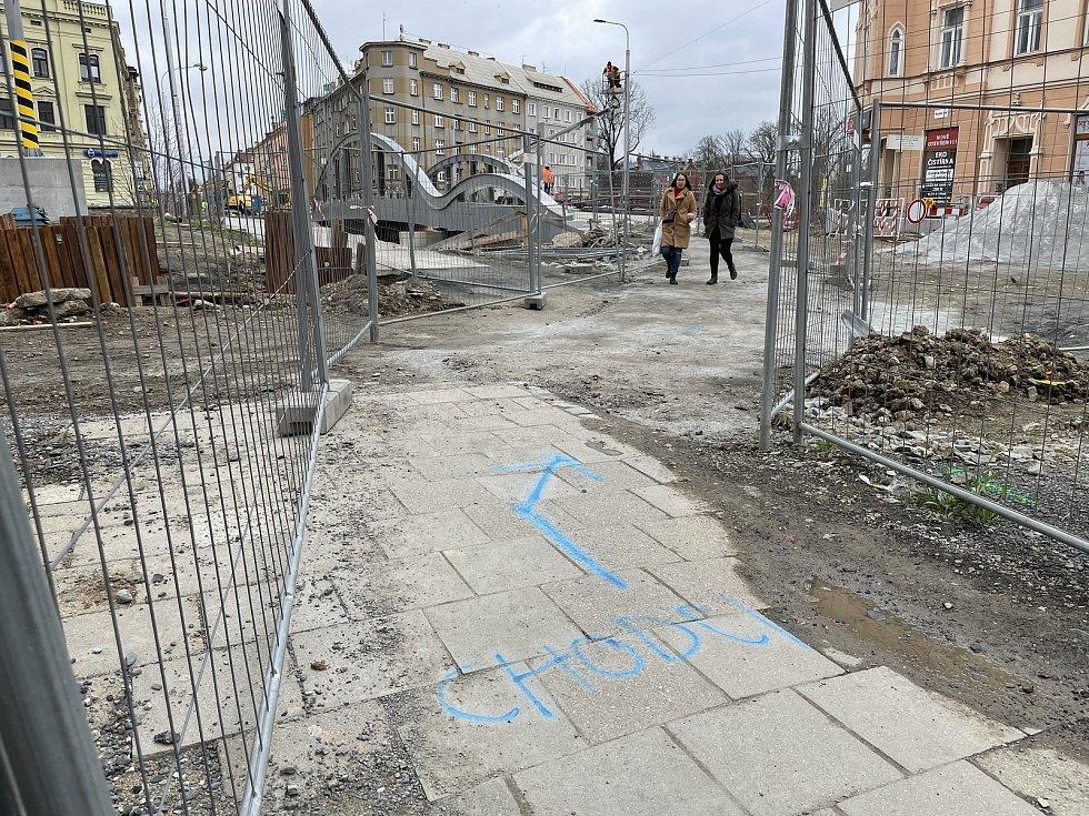 """Chodcům a cyklistům se otevřela půlka rozestavěného """"Rejnoka"""". Stavba nového mostu v Masarykově ulici v Olomouci, 16. dubna 2021"""