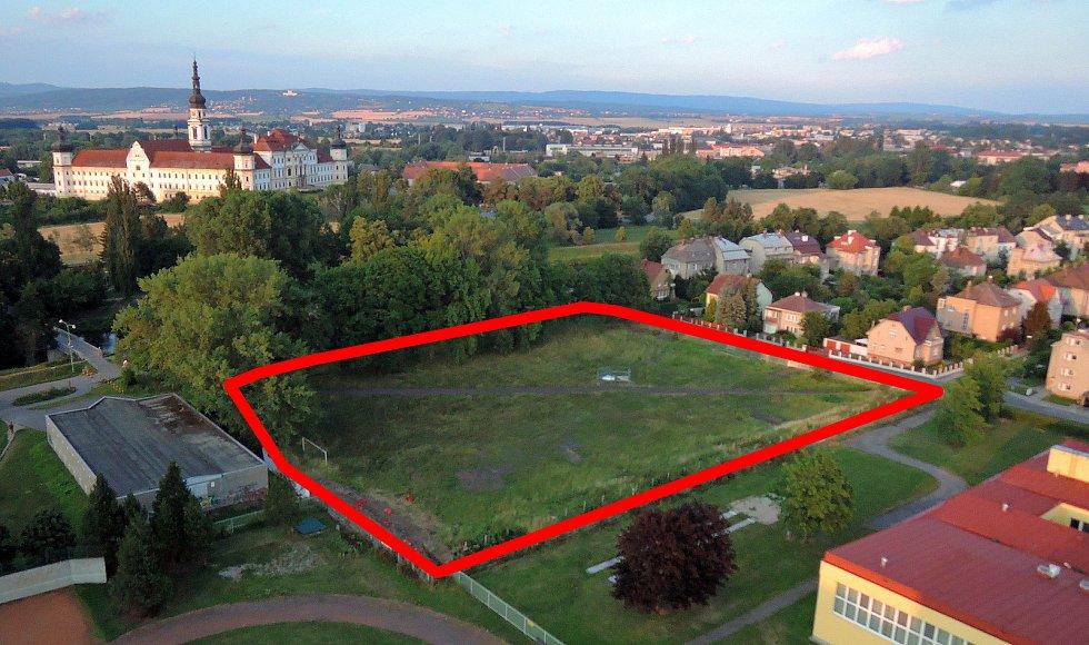 Pozemek naproti klášteru Hradisko za ZŠ Demlova, kde má vyrůst nové rezidenční bydlení